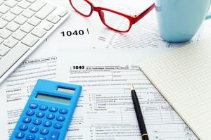 Dokumenty długopis okulary i kalkulator