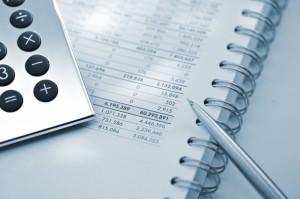 Długopis kalkulator i dokumenty z tabelkami